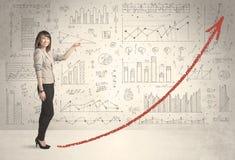 Geschäftsfrau, die auf rotem Diagrammpfeilkonzept klettert Stockbild