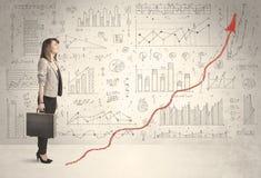 Geschäftsfrau, die auf rotem Diagrammpfeilkonzept klettert Stockbilder