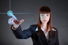 Geschäftsfrau, die auf Sensor-Bildschirm zeigt lizenzfreie stockbilder