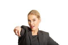 Geschäftsfrau, die auf Sie zeigt Stockfoto