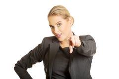 Geschäftsfrau, die auf Sie zeigt Lizenzfreie Stockbilder