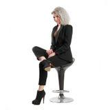 Geschäftsfrau, die auf Stuhl aufwirft Lizenzfreie Stockfotos