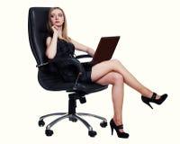Geschäftsfrau, die auf Stuhl sitzt Stockfoto