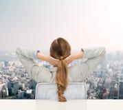 Geschäftsfrau, die auf Stuhl von der Rückseite sitzt Lizenzfreie Stockfotografie