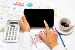 Geschäftsfrau, die auf Tablette, inneres helles Büro zeigt Lizenzfreies Stockfoto