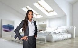 Geschäftsfrau, die am Aufenthaltsraum-Raum steht stockfotos