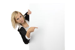Geschäftsfrau, die aus weißer Anschlagtafel heraus schaut Lizenzfreies Stockfoto