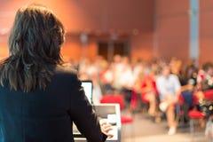 Geschäftsfrau, die bei der Konferenz konferiert Stockfoto