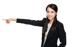 Geschäftsfrau, die beiseite zeigt Stockbild