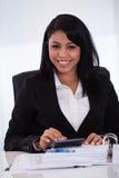Geschäftsfrau, die Berechnungen tut Lizenzfreies Stockfoto