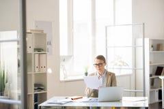 Geschäftsfrau, die Bericht vorbereitet lizenzfreies stockfoto