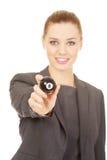 Geschäftsfrau, die Billardkugel acht hält Lizenzfreies Stockbild
