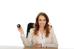 Geschäftsfrau, die Billardkugel acht hält Stockfotos