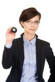 Geschäftsfrau, die Billardkugel acht hält Stockbilder