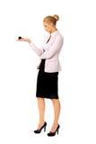 Geschäftsfrau, die Billardkugel acht hält Lizenzfreie Stockfotografie
