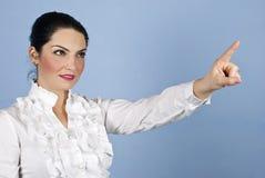 Geschäftsfrau, die bis zum copyspace zeigt Lizenzfreie Stockfotos