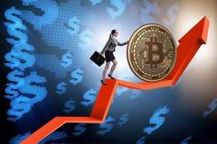Geschäftsfrau, die bitcoin in cryptocurrency blockchain conce drückt Lizenzfreies Stockbild
