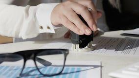 Geschäftsfrau, die Blätter des anerkannten Vertrages unterzeichnet und stempelt stock video footage