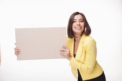 Geschäftsfrau, die Brett oder Fahne mit Kopie zeigt Lizenzfreie Stockbilder