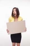 Geschäftsfrau, die Brett oder Fahne mit Kopie zeigt Lizenzfreies Stockfoto