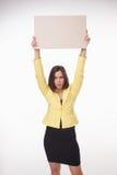 Geschäftsfrau, die Brett oder Fahne mit Kopie zeigt Lizenzfreie Stockfotos