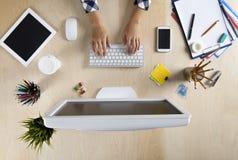 Geschäftsfrau, die am Computer arbeitet Lizenzfreie Stockfotografie
