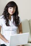 Geschäftsfrau, die Computer verwendet stockfotografie