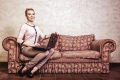 Geschäftsfrau, die Computer verwendet. Internet-Haupttechnologie. Weinlesefoto. lizenzfreie stockfotografie