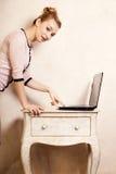 Geschäftsfrau, die an Computerlaptop arbeitet Lizenzfreie Stockbilder