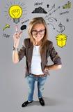 Geschäftsfrau, die das darstellen zeigt und oben zur Seite schaut Stockbilder