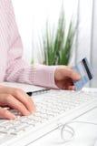 Geschäftsfrau, die das on-line-Einkaufen macht lizenzfreie stockfotos