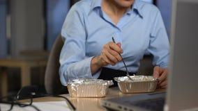 Geschäftsfrau, die das Mittagessen im Büro, in der Diätnahrung und im Gesundheitswesen, Nahaufnahme isst stock video