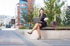 Geschäftsfrau, die das Mittagessen im Freien macht Stockbilder