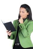 Geschäftsfrau, die das Tagebuch liest lizenzfreies stockbild
