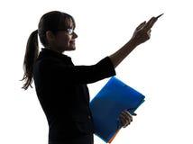 Geschäftsfrau, die das Zeigen zeigt   Halten von Ordnerdateien silhouet Stockfotos