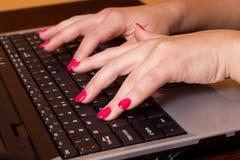 Geschäftsfrau, die an dem Computer arbeitet Stockfotos