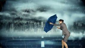 Geschäftsfrau, die dem Sturm trotzt stock video