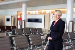Geschäftsfrau, die den Abflug wartet Lizenzfreies Stockfoto