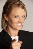 Geschäftsfrau, die den Finger betrachtet Kamera zeigt Lizenzfreies Stockbild