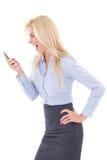 Geschäftsfrau, die in den Handy lokalisiert auf Weiß schreit Stockfoto
