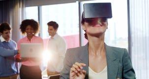 Geschäftsfrau, die den Kopfhörer der virtuellen Realität verwendet stock video