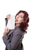 Geschäftsfrau, die den Umschlag oben steht leckt stockbild