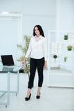 Geschäftsfrau, die in der Bürolobby arbeitet und Laptop-Computer verwendet Lizenzfreies Stockbild