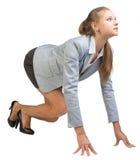 Geschäftsfrau, die in der Haltung des fliegenden Starts steht Lizenzfreies Stockfoto