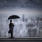 Geschäftsfrau, die an der Spitze des Wolkenkratzers steht Lizenzfreie Stockfotografie