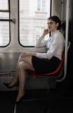 Geschäftsfrau, die in der Tram sitzt Stockbilder