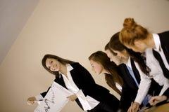 Geschäftsfrau, die Diagramm zeigt Lizenzfreies Stockfoto
