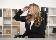 Geschäftsfrau, die in die Abstandsaufwartung anstarrt Lizenzfreie Stockbilder