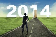 Geschäftsfrau, die die Zukunft im Jahre 2014 untersucht Lizenzfreie Stockbilder