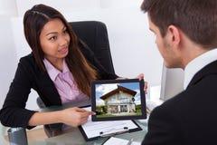 Geschäftsfrau, die digitale Tablette mit Foto zeigt Lizenzfreies Stockfoto